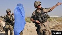 Финляндия и Швеция не входят в НАТО, но в международных операциях участвуют. На снимке - военнослужащие этих стран в районе Мазари-Шарифа (Афганистан)