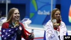 Олимпиада чемпионы, америкалық Лилли Кинг (сол жақта) пен күміс жүлдегер, ресейлік Юлия Ефимова. Рио-де-Жанейро, 8 тамыз 2016 жыл.