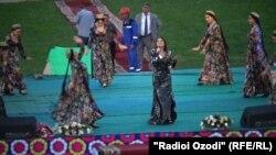 Концерт известной узбекской певицы Севинч на центральном стадионе города Вахдат