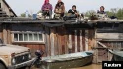 Местные жители спасаются от паводка на крышах домов