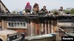 Жители села Усть-Чариш вынуждены спасаться на крышах своих домов