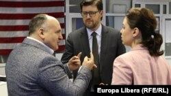 Анатолий Голя, Андрей Попов и Наталья Морарь в кишиневской студии Свободной Европы