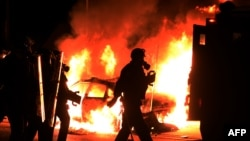 Протестующие в Фергюсоне поджигали здания, полицейские машины, били витрины и грабили магазины