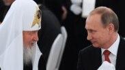 Президент России Владимир Путин (справа) и патриарх Русской православной церкви Кирилл. Москва, 28 июля 2015 года.