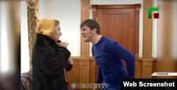 """Ислам Кадыров """"работает"""" с населением, скриншот с ЧГТРК """"Грозный"""""""