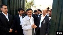 محمود احمدینژاد مقابل ورودی نهاد ریاست جمهوری در اردیبهشت ۸۸