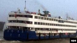 """Теплоход """"Восточная звезда"""" на реке Янцзы за день до затопления, 31 мая 2015 года."""