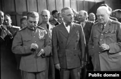 """""""Большая тройка"""" (слева направо - Иосиф Сталин, Гарри Трумэн, Уинстон Черчилль) на Потсдамской конференции, июль 1945 года"""