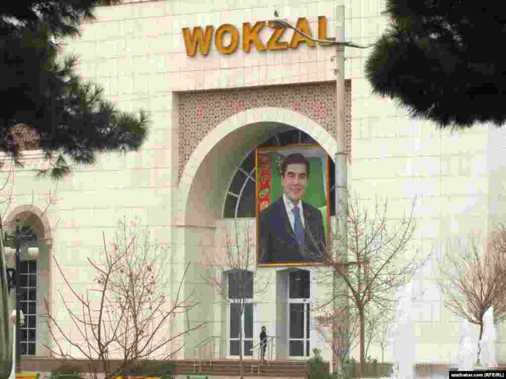 Prezident G.Berdimuhamedowyň otly wokzalynyň daşyna ýerleşdirilen portreti