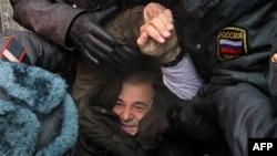 Милиция задерживает Константина Косякина