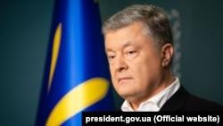 «Впевнений, що треба зберігати напрацьовані за 5 років позиції: Україна – понад усе, Росія – агресор», – заявив Порошенко 22 травня в Києві
