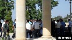 Жители Лазы перед зданием Исполнительной власти