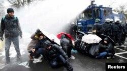 """Полиция применила водометы для разгона противников партии """"Альтернатива для Германии"""", Ганновер, 2 декабря 2017 года"""