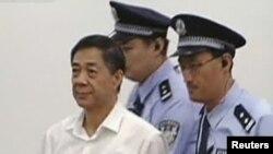 Бо Силай в сопровождении полицейских - во время суда. 22 августа 2013 г.