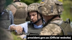 Ukrainian President Volodymyr Zelensky gets acquainted with the positions of the Ukrainian military on May 27.