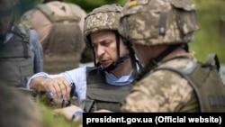 Украина президенті Владимир Зеленский қақтығыс аймағыда жүр. Луганск, 27 мамыр 2019 жыл.