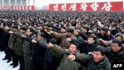 Şimali Koreya. İnsanlar yeni lider Kim Jong-Un'u dəstəkləmək üçün Pxenyanın mərkəzi meydanına toplaşıblar. 3 yanvar 2012