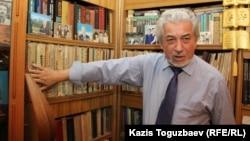 Диссидент, композитор и писатель Хасен Кожа-Ахмет у своей домашней библиотеки. Алматы, 24 ноября 2016 года.
