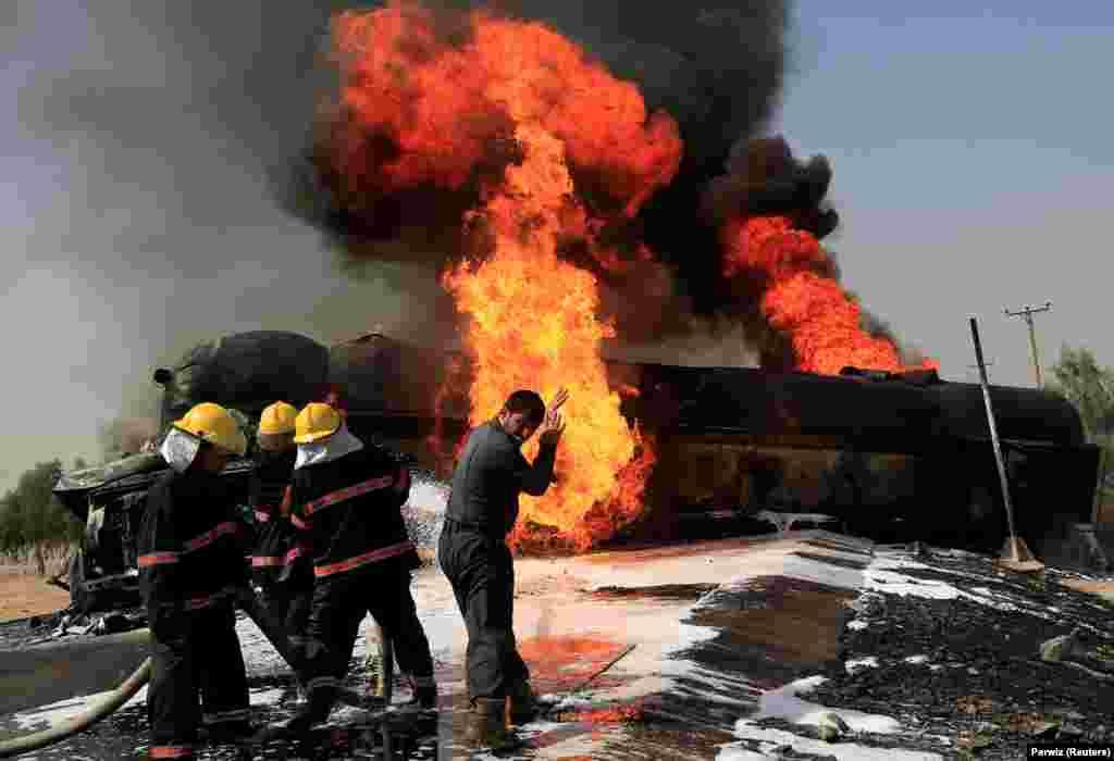 Аўганскія пажарныя тушаць танкер з палівам на ўскраіне Джэлалабаду (Reuters/Parwiz)