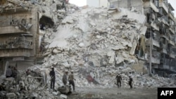 Добровольці розбирають завали на місці нового повітряного удару по «повстанській» частині Алеппо, 17 жовтня 2016 року