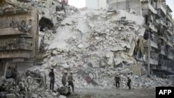 Поисково-спасательная операция после авиаудара в удерживаемом повстанцами районе сирийского города Алеппо. 17 октября 2016 года.