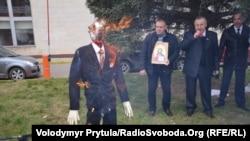 Російські націоналісти спалили український прапор і макет Бандери у Криму, Сімферополь, 9 січня 2014 року