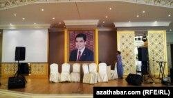 Türkmenistanda bir toý mekanynda diwardan asylan prezident portreti