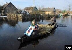 Муж з жонкай плывуць па вуліцы вёскі Верасьніца на Жыткавіччыне