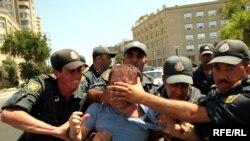Bakıda müxalifət tərəfdarlarının keçirdiyi piketdə polis şüar səsləndirməyə imkan vermir, 12 iyun 2010