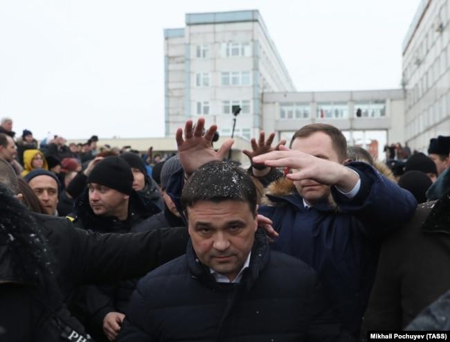 Губернатор Московской области Андрей Воробьев на встрече с протестующими жителями Волоколамска. 21 марта 2018 года