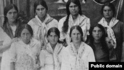 Девушки-работницы табачного цеха. Крым, село Таракташ, февраль 1941 года. Первая слева из стоящих в заднем ряду – Фадиме-Шерфе Сейтхалилова (Чакирова)