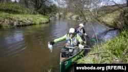 Скот Роланд удзельнічае ў ачыстцы ракі Іслач, 29 красавіка 2016