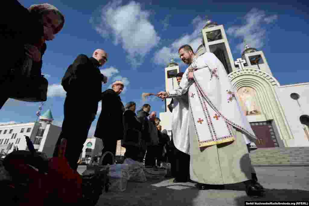 В Киеве накануне Пасхи верующие святили пасхальные корзины в Патриаршем соборе Воскресения Христова Украинской Греко-Католической Церкви