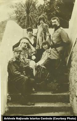 Regele Ferdinand, Regina Maria si copiii în timpul războiului