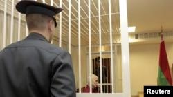 Правозащитник Алесь Беляцкий в суде. Ноябрь 2011 г