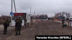 КПВВ «Золоте» давно облаштований із боку українських сил, але російські гібридні сили не згодні відкривати його