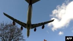 Самолет, заходящий на посадку у аэропорта Heathrow в Лондоне. Иллюстративное фото.