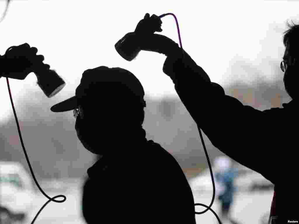 Japan - Mjerenje visine radioaktivnosti u evakuacijskom centru u Fukushimi, 30.03.2011. Foto: Reuters / Carlos Barria