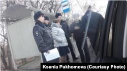 Сотрудники, приехавшие для изъятия агитационных листовок Навального в Кемерове