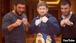 Боксер из Узбекистана Руслан Чагаев (слева) с лидером Чечни Рамзаном Кадыровым (в центре). Иллюстративное фото.