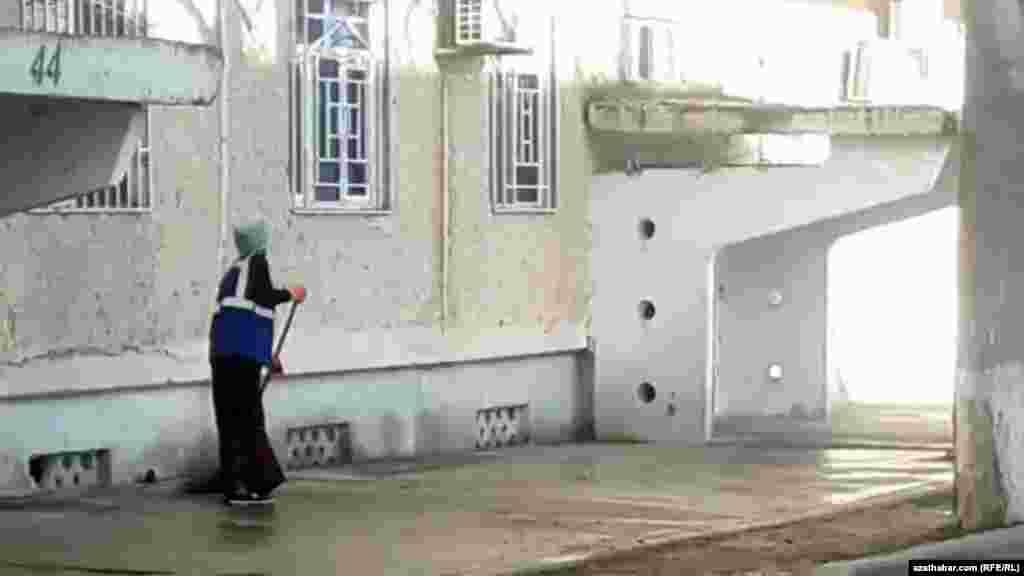 Столичные улицы в Туркменистане убирают в основном женщины