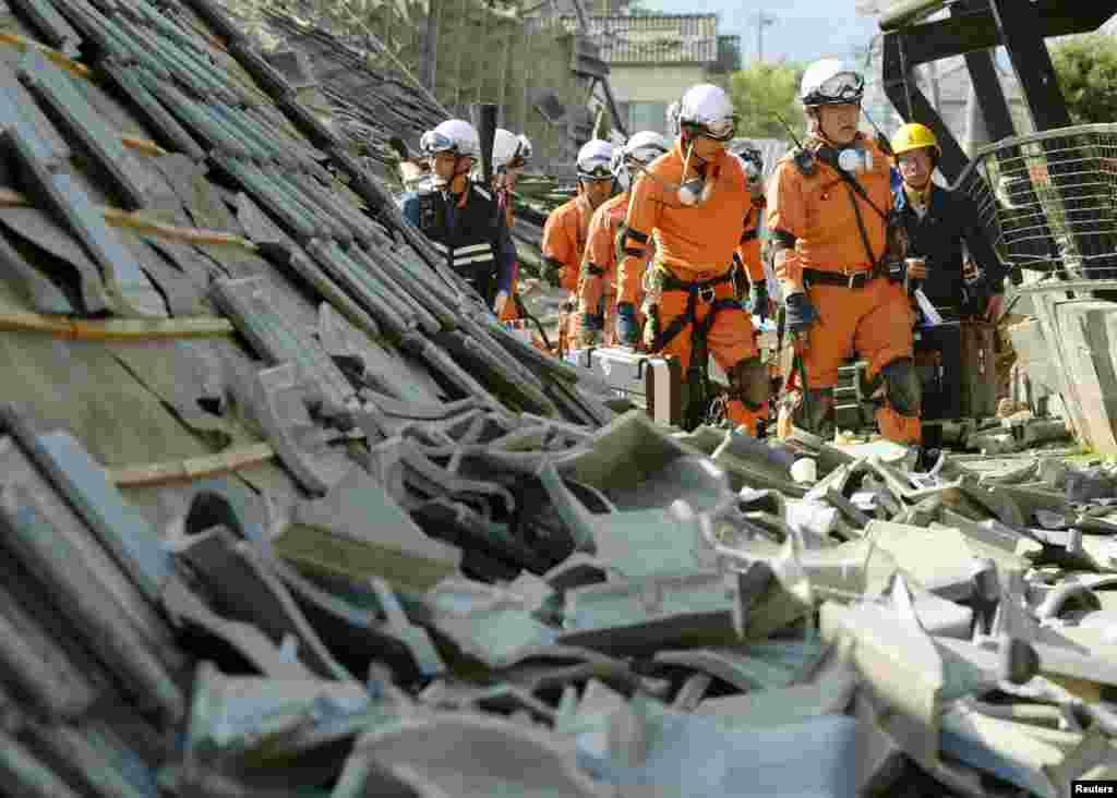 Премьер-министр Синдзо Абе мобилизировал 3 тысячи человек военных, членов Сил самообороны Японии, полиции и работников пожарной службы, которые будут вести поисково-спасательные работы