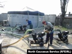 Налаживание водоснабжения в чеченском селе. 2002 год