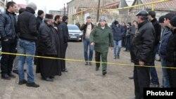 Командующий российской военной базой подходит к дому убитой семьи Аветисянов, Гюмри, 12 января 2015 г.