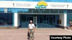 Владимир Тарасов у офиса президентской партии «Нур Отан» после встречи с секретарем партии Фархадом Куангановым. Астана, 13 июля 2016 года.