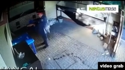 Фрагмент из видео о предполагаемой краже топора.