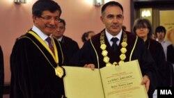 """Шефот на турската дипломатија Ахмет Давутоглу стана почесен доктор на науки(doctor honoris causa) во областа на меѓународните односи на Универзитетот """"Свети Кирил и Методиј"""" во Скопје."""