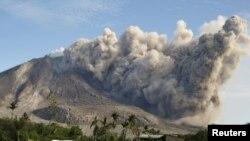 Oyanmış vulkan (arxiv fotosu)