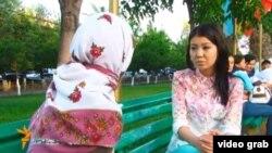 Andijonlik qiz (chapda) film muallifi savollariga javob berayapti