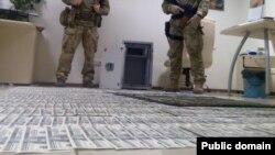 Цінності і гроші, вилучені під час обшуків у «діамантових прокурорів» Володимира Шапакіна і Олександра Корнійця, липень 2015 року